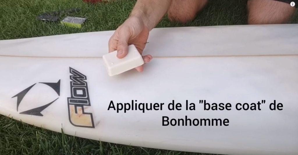 Appliquer la base coat waxer sa planche de surf