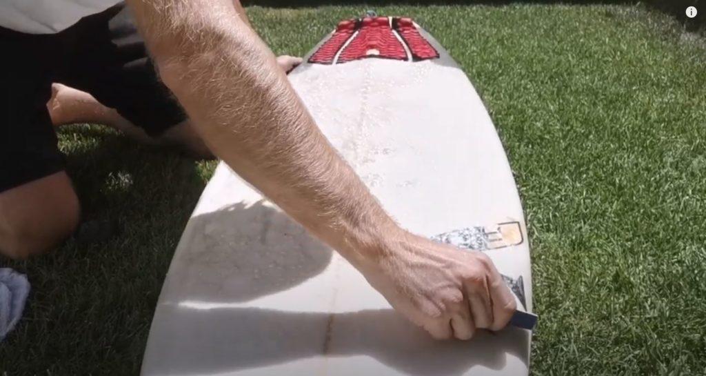Dewaxer sa planche de surf au peigne a wax